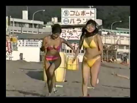 おっぱいを揺らしながらビーチフラッグ!