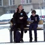 『寒さに震える1人の少年』