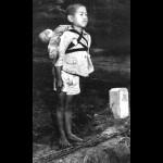【戦争秘話】死体焼き場で仁王立ちの少年が背中に背負っていたのは・・・