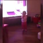 【全英震撼】レクシー(赤ちゃん)が見えない力で何かに引っ張られているような動画!
