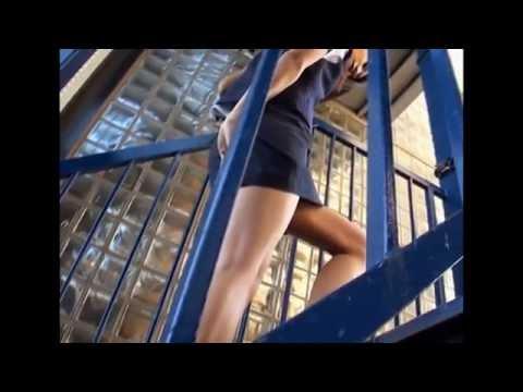 階段でスカートの中が見えそうな動画!