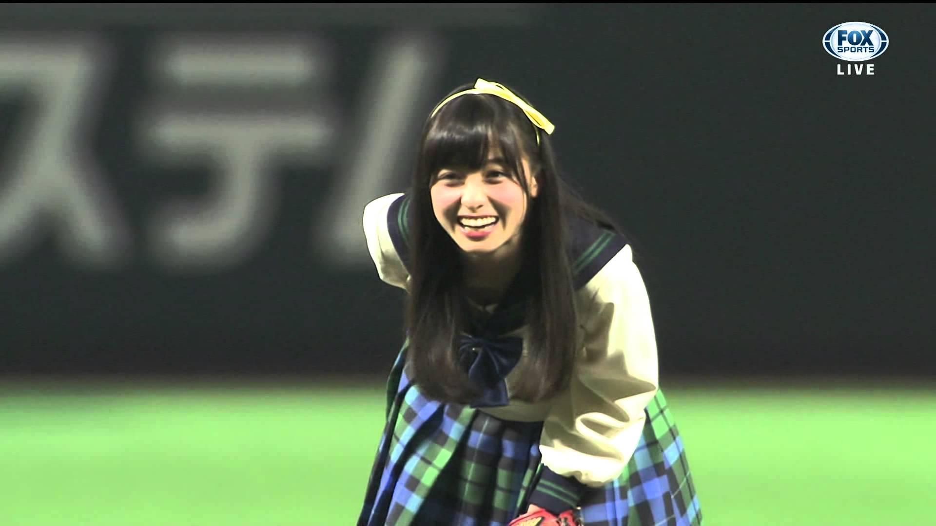 橋本環奈 制服姿で始球式!