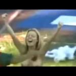 サッカーの試合中に全裸女性が乱入してスーパーゴール!