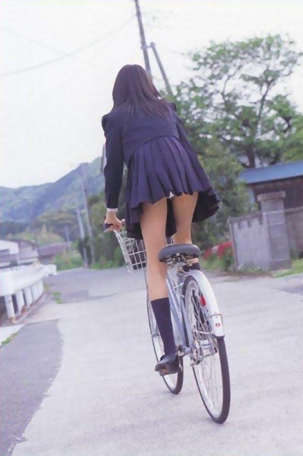 自転車をこいでる女の子のパンティが見えちゃった~