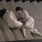 貞子のような髪形の全裸女性が階段をゆっくり移動する動画!
