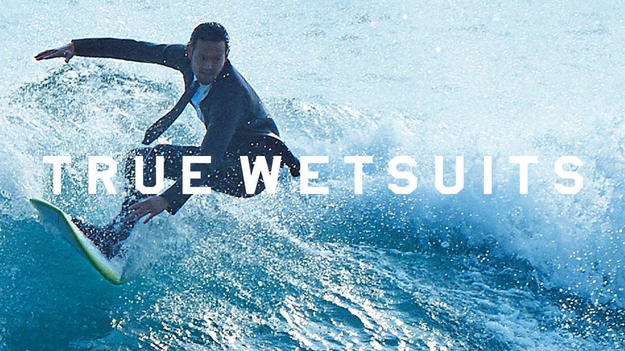 スーツ姿でサーフィン!