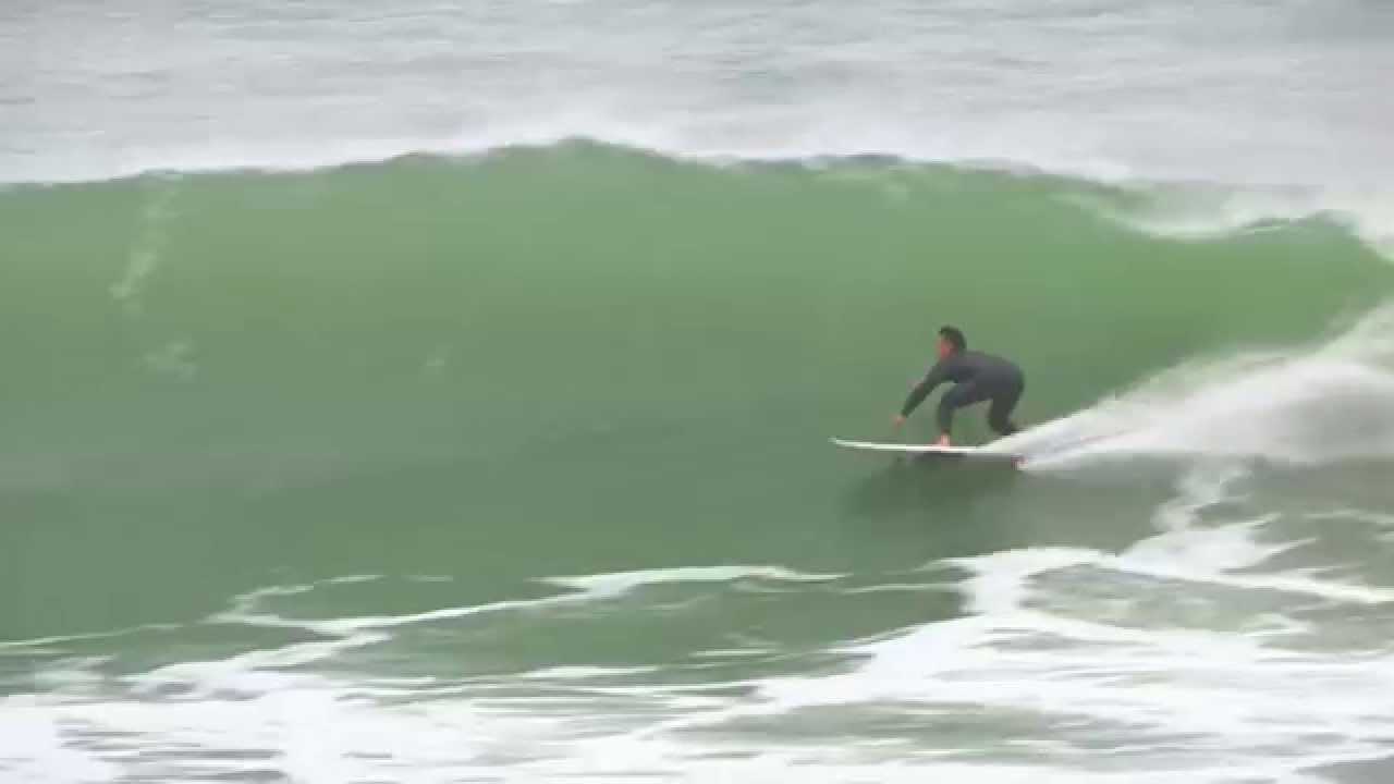 大波に挑む命知らずのサーファーたち!