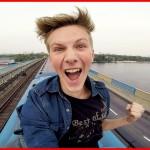 【超危険】電車の屋根に飛び乗って無賃乗車する少年の動画!