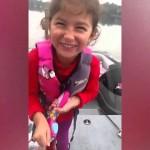 おもちゃの釣竿で60cmのブラックバスを釣り上げた女の子!