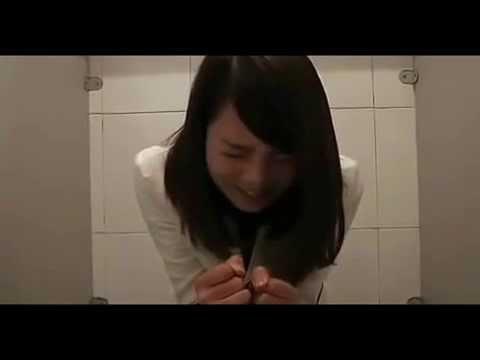 紙がない! トイレで大ピンチに陥った可愛い女性の動画