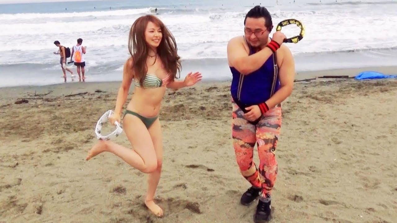 ビーチで出会った人たちとタンバリン叩いて踊ってみた!