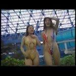 これはスゴイ!おっぱいが見えてもおかしくない日本一大胆な水着で泳ぐ美女