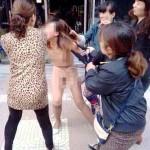 中国の浮気女性が全裸にされて集団リンチされる