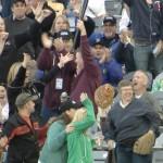 観客が飛んできたバットをビールを片手にナイスキャッチ!