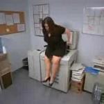 コピー機でお尻をコピーしようとする女!