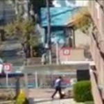 【問題動画】佐川急便が配達中に大切なお客様の荷物を蹴る!
