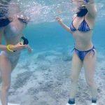 セクシーなビキニ姿の水着美女がダイビング!