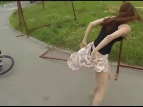 黒いパンティもろ見え!美女の自転車ハプニング