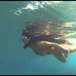 ヌーディスト美女がもちろん全裸で水中遊泳!