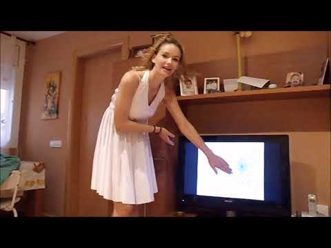 風でスカートが完全にめくれてパンティが見えちゃうハプニング動画!
